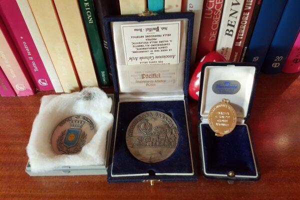Medaglie d'oro e d'argento di Ghonim ricevute per le sue opere